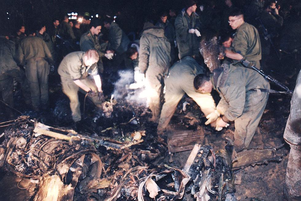 ארכיון חיילים ליד שברים של מסוקים ב אסון המסוקים ישאר ישוב 1997 (צילום: עמנואל אילן)