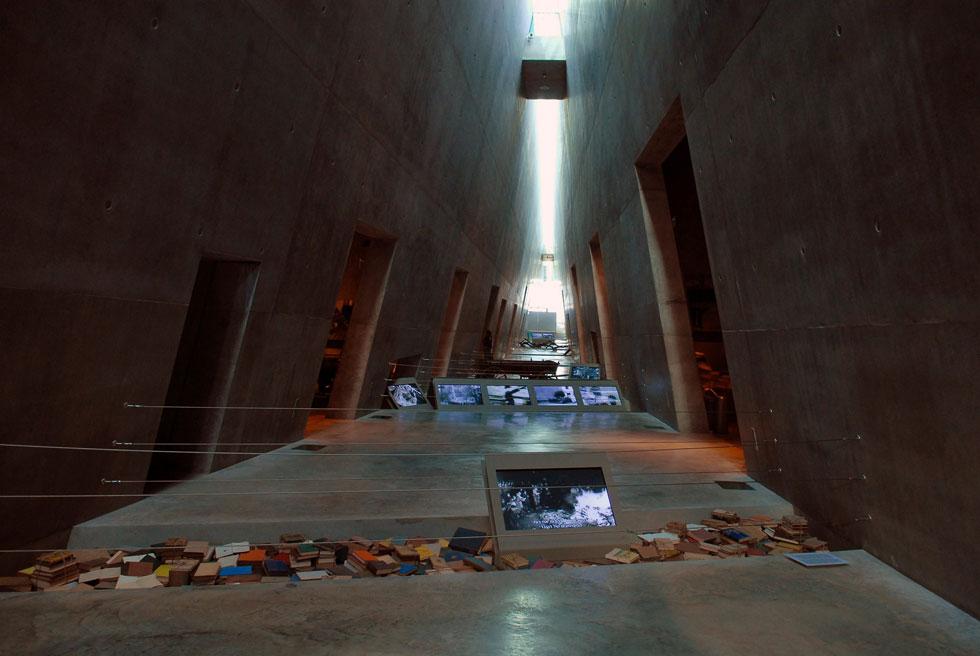 """זו הייתה ההרחבה הבולטת של יד ושם, שהושלמה ב-2005: משה ספדיה תכנן את המוזיאון, ששינה את חוויית הביקור במקום (צילום: עמוס בן גרשום, לע""""מ)"""