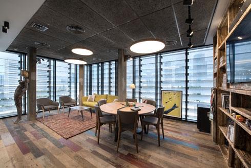 חדר הישיבות של המנכ''ל (צילום: עמית גושר)
