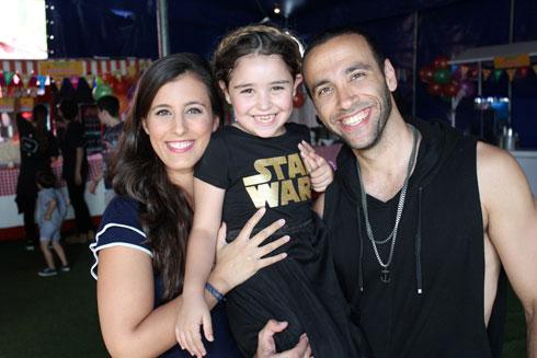"""ימין ובעלה אמיר הלל עם מייפל, בתו של גיל ריבה, במסיבת יום הולדתה. """"שנינו עושים את מה שאנחנו אוהבים"""" (צילום: רפי דלויה)"""