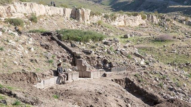 שטח אוכף סוסיתא המוביל אל העיר וסימון שטחי החפירה העיקריים (צילום: מ. איזנברג)