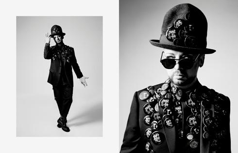 צילומי שחור-לבן שמהווים אנטיתזה למראה הטווסי של בוי ג'ורג'