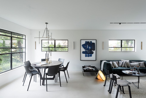 מבט מהמטבח. גובה החלונות אוחד כדי ליצור ''שקט בעיניים'' (צילום: גדעון לוין)