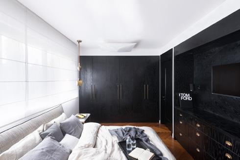 גם כאן מוסווית בארונות דלת שמובילה לחדר הרחצה הצמוד (צילום: גדעון לוין)