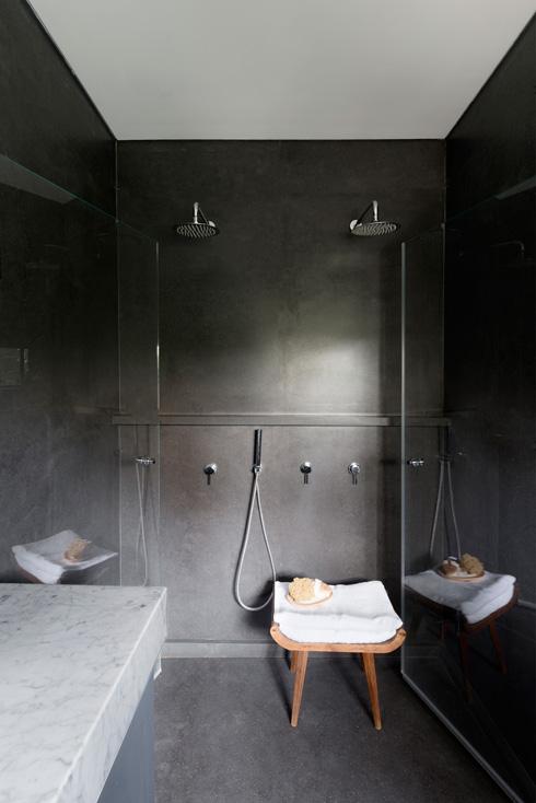 מקלחון עטוף בשחור (צילום: גדעון לוין)