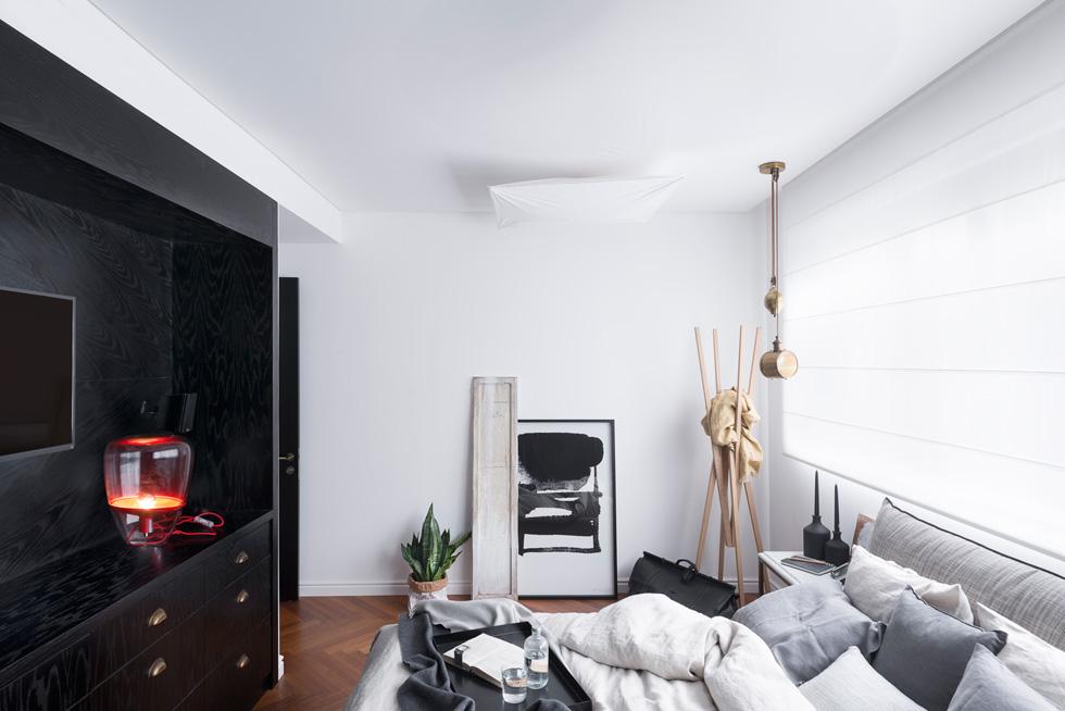 חדר השינה של אבקסיס. בחדרים מחליף את אריחי הבטון הבהירים פרקט עץ בדוגמה של אדרת דג (צילום: גדעון לוין)