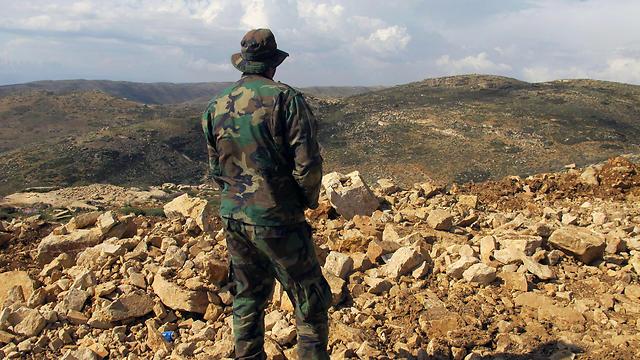טיהור שיטתי של אזורים המיושבים בסונים. לוחם חיזבאללה בגבול סוריה-לבנון (צילום: AP)