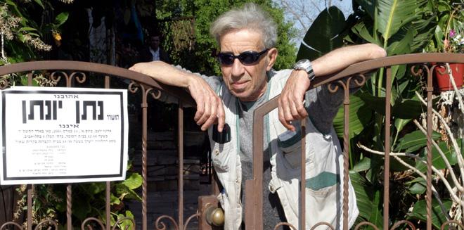 נחום היימן בביקור תנחומים אצל משפחתו של נתן יונתן אחרי מותו, מארס 2004 (צילום: דני סלומון)