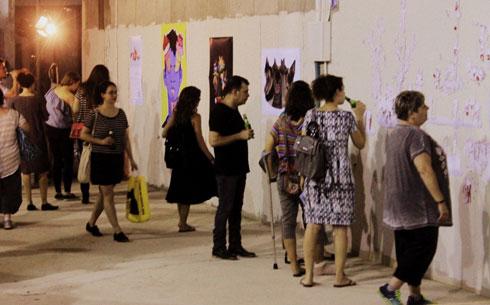 תערוכות ופעילויות תרבות שונות מתקיימות באולם שבקומת המסד באחד הבניינים ברביעייה שתכנן אילן פיבקו (צילום: ענת מוסברג)