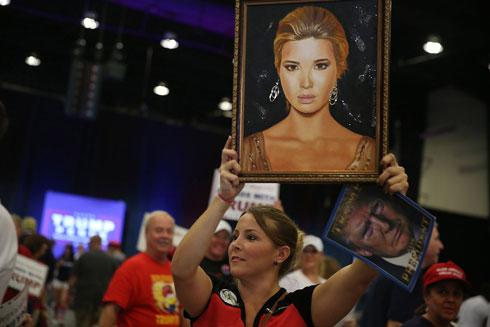 תומכי טראמפ עם ציור של איוונקה במהלך הקמפיין לנשיאות (צילום: Gettyimages)