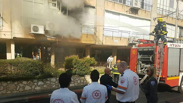 """שריפה בדירת הקשישה (צילום: תיעוד מבצעי מד""""א)"""