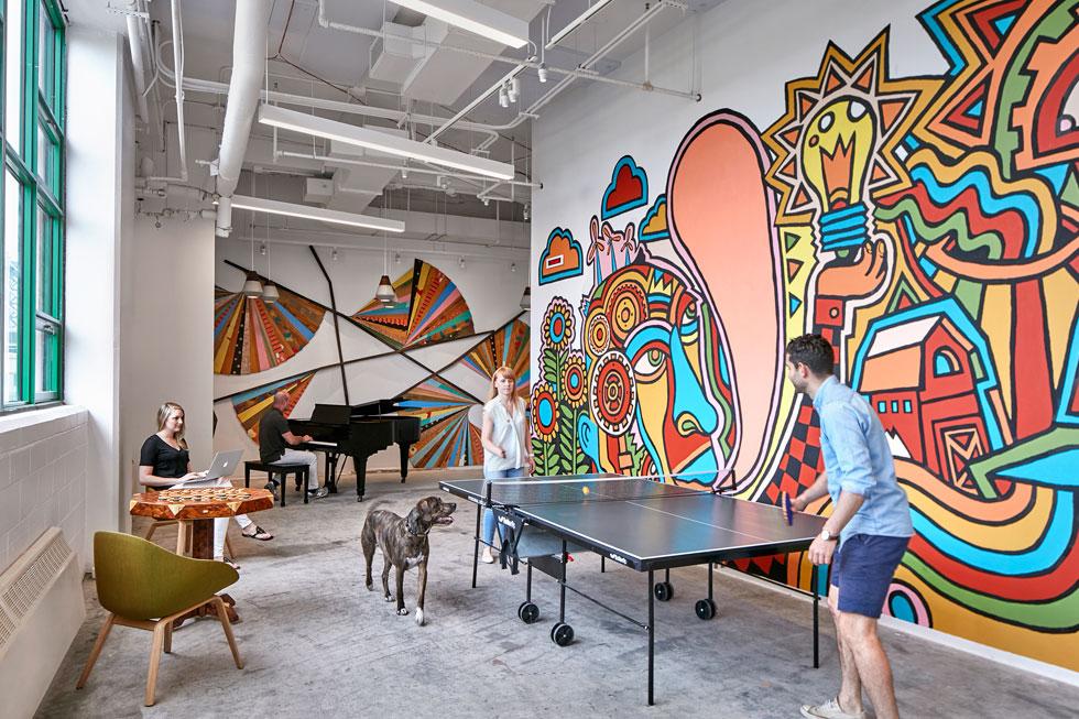 מרחב המשחקים במשרדי אטסי, שמאכלסים בניין בן תשע קומות בברוקלין (צילום: © Garrett Rowland, courtesy of Gensler)