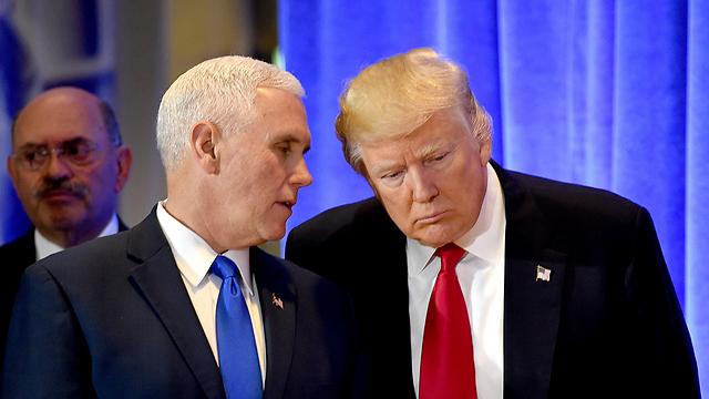 הכחיש קשר למאמר. טראמפ עם פנס (צילום: AFP) (צילום: AFP)