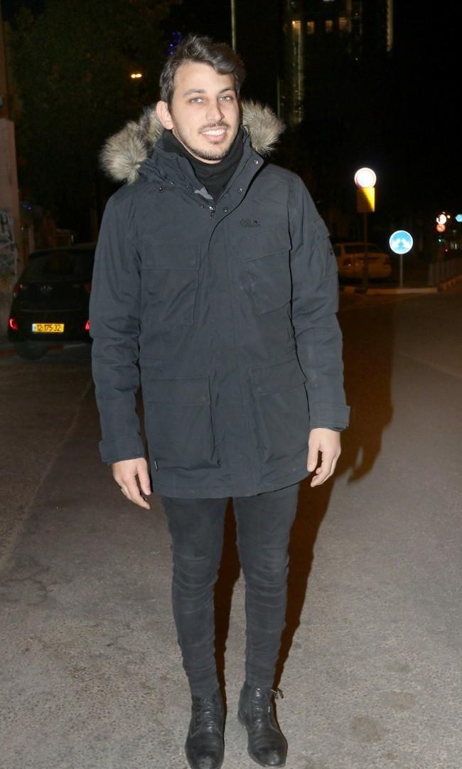 מקווים שלא נשארת עם המעיל כל הערב. לירן דנינו (צילום: ענת מוסברג)