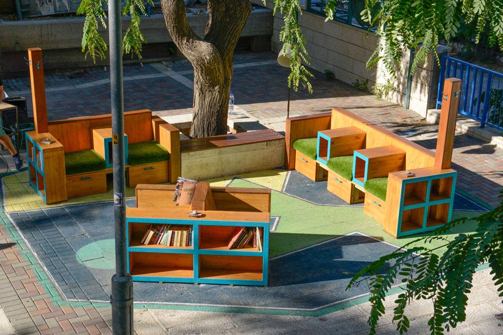 """ירושלים. """"סלון עירוני אנטי וונדלי"""" במרכז המסחרי בגבעה הצרפתית בירושלים. פרויקט של """"רוח חדשה"""" ברחבה ציבורית שאנשים לא אהבו להיות בה  (צילום: יהב יעקב)"""