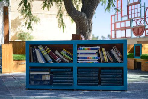 """ספרייה קטנה ברחבה. """"העירייה לא יודעת לתת פתרונות ספציפיים מותאמי מקום וקהילה"""" (צילום: יהב יעקב)"""