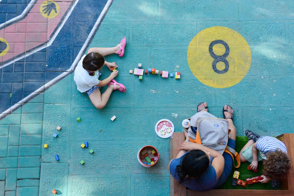 ילדים משחקים ברחבה המטופלת. תוצאה של שיתוף פעולה עם אדריכל העיר ירושלים, אגף לשיפור פני העיר והמנהלים הקהילתיים (צילום: יהב יעקב)