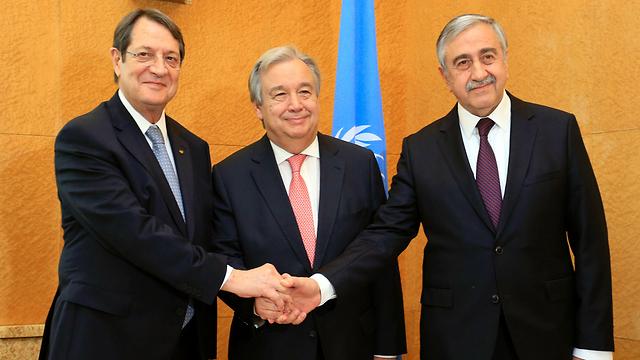 """שחקנים קטנים במשחק כוחות שגדול עליהם בכמה מידות? מנהיג קפריסין היוונית ניקוס אנסטיאדיס (משמאל), מזכ""""ל האו""""ם גוטרש ומנהיג קפריסין הטורקית מוסטפה אקינג'י (צילום: AFP)"""