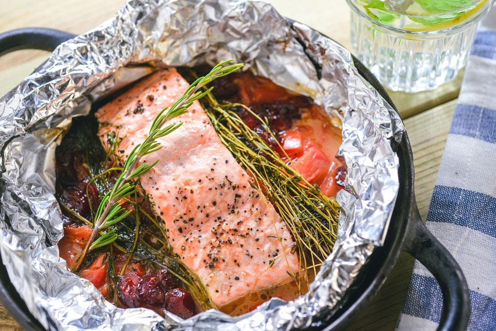 סלמון בתנור עם יין, חמאה, עגבניות ורוזמרין (צילום: גלעד הר שלג)