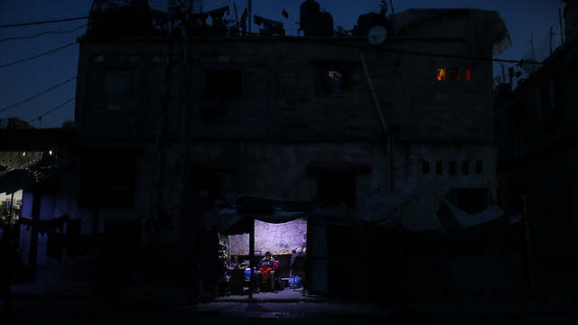 Gaza residents sit in the dark (Photo: Reuters) (Photo: Reuters)