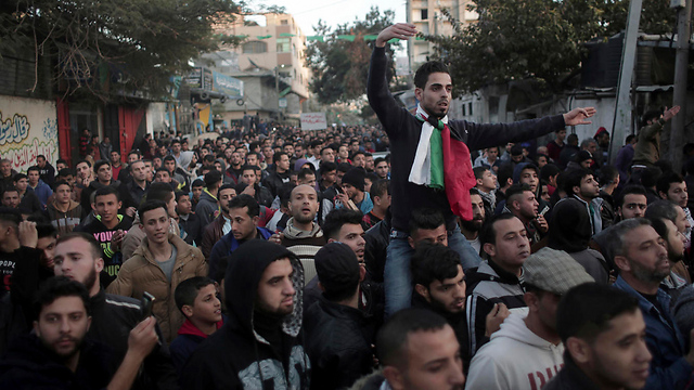 Angry Gaza residents protest against Hamas (Photo: AP)