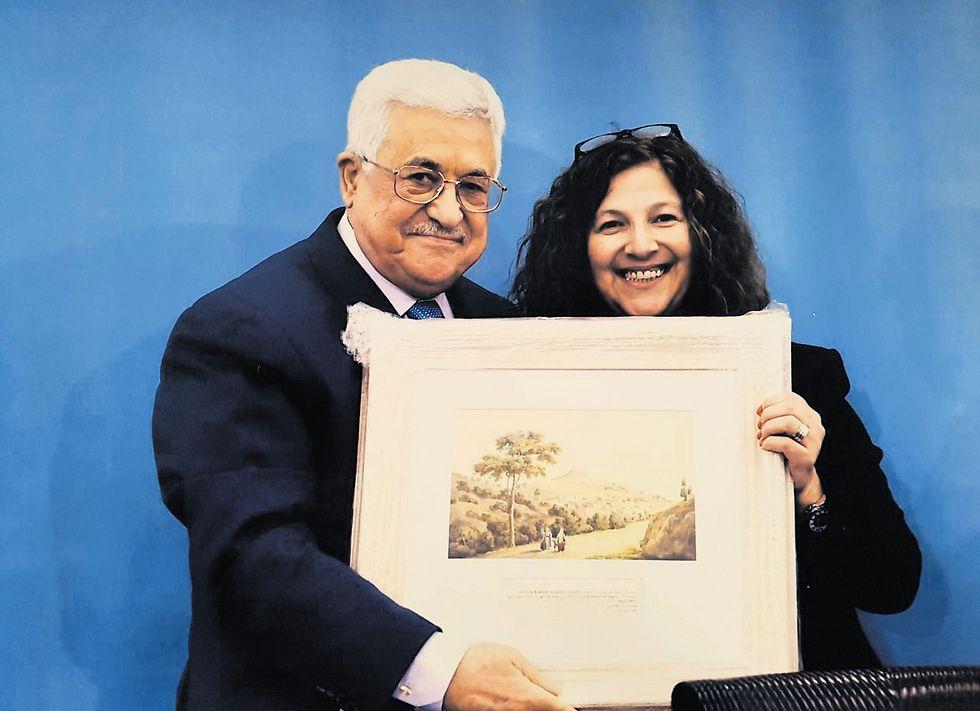 הציור של צפת שהעניקה ארבל לאבו־מאזן בעת המפגש במוקטעה  (צילום: הצלם הנשיאותי של הרשות הפלסטינית)