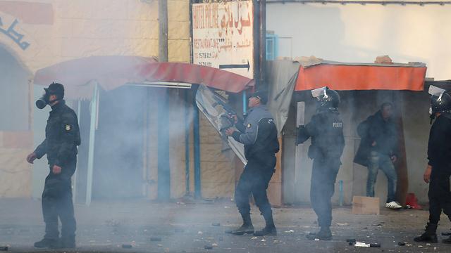 עימותים בין שוטרים למפגינים בבן גרדאן (צילום: רויטרס)