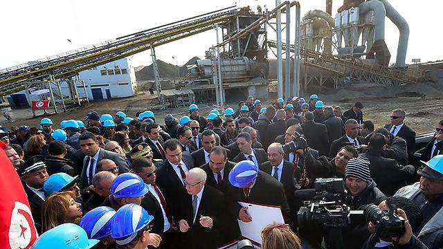 נשיא תוניסיה אסבסי בביקור במפעל לייצור פוספטים (צילום: AFP)
