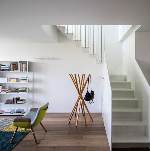 למדרגות נוכחות מינימלית בסלון (צילום: עמית גרון)