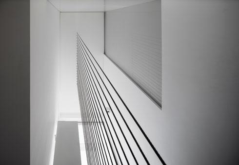 הכבלים התלויים מהתקרה משמשים גם כמעקה (צילום: עמית גרון)