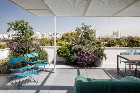 פינת ישיבה ואוכל על המרפסת (צילום: עמית גרון)