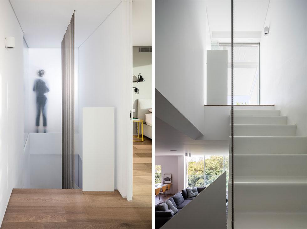 גרם המדרגות עוצב ממשטח ברזל דק, שכופף ונצבע לבן. כדי לצמצם את השטח שהן תופסות המדרגות כמעט מרחפות, ותלויות מהתקרה באמצעות כבלים. מימין מבט אל הקומה העליונה, ומשמאל ישורת המדרגות למעלה. מאחורי הזכוכית החלבית מסדרון שמחבר את חדרה של האם עם חדר הארונות (צילום: עמית גרון)