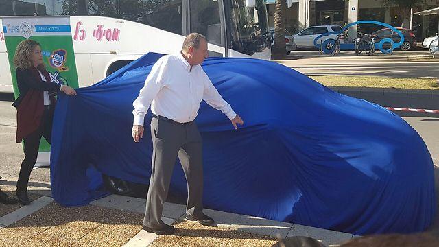 ראש עיריית תל אביב, רון חולדאי, חושף את הרכב השיתופי. משמאל: מיטל להבי, מחזיקת תיק התחבורה בעירייה וסגנית ראש העיר ()