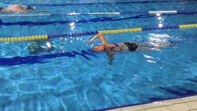 השחייה זו התחזוקה שלי. הילה צחי בבריכה ( ) ( )