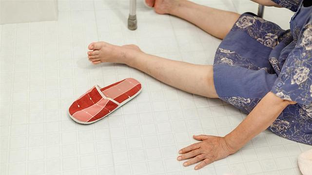 נפילה. אחד הסיבות לשברים הנגרמים בגלל אוסטואופורוזיס (צילום: shutterstock) (צילום: shutterstock)