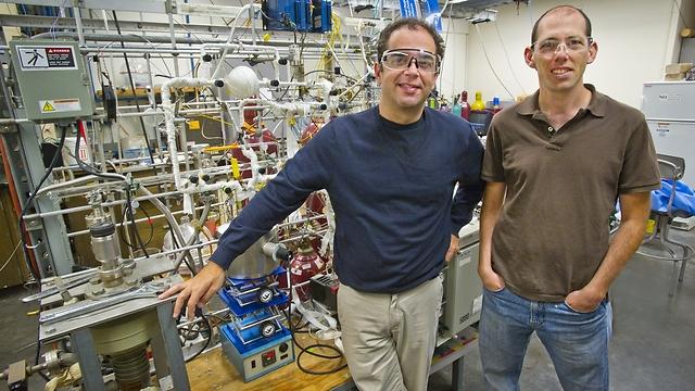 """ד""""ר אלעד גרוס (מימין) ופרופ' דין טוסט (צילום: רוי קלטשמיט - אוניברסיטת קליפורניה, ברקלי)"""