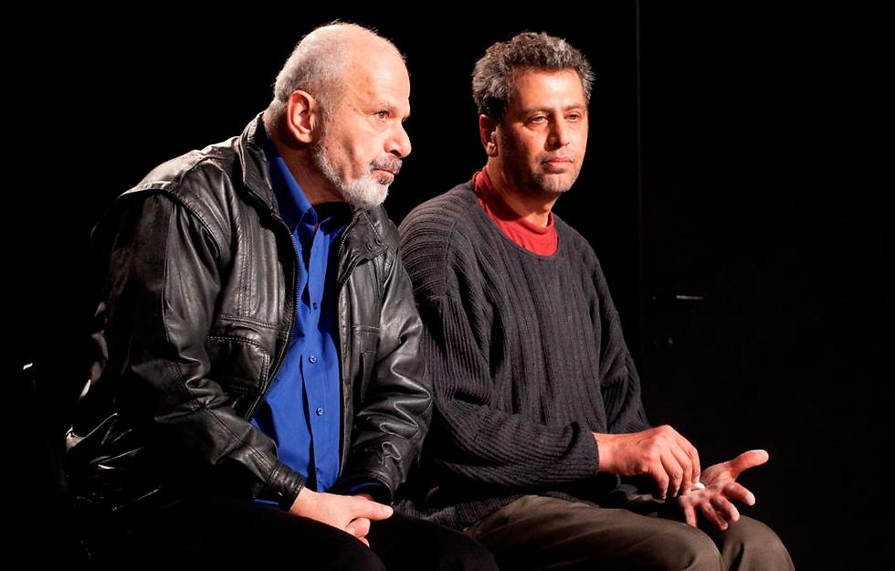 """ח'ליפה נאטור ויוסף אבו-ורדה בהצגה """"יוליסס על בקבוקים"""" (צילום: ז'רר אלון) (צילום: ז'רר אלון)"""