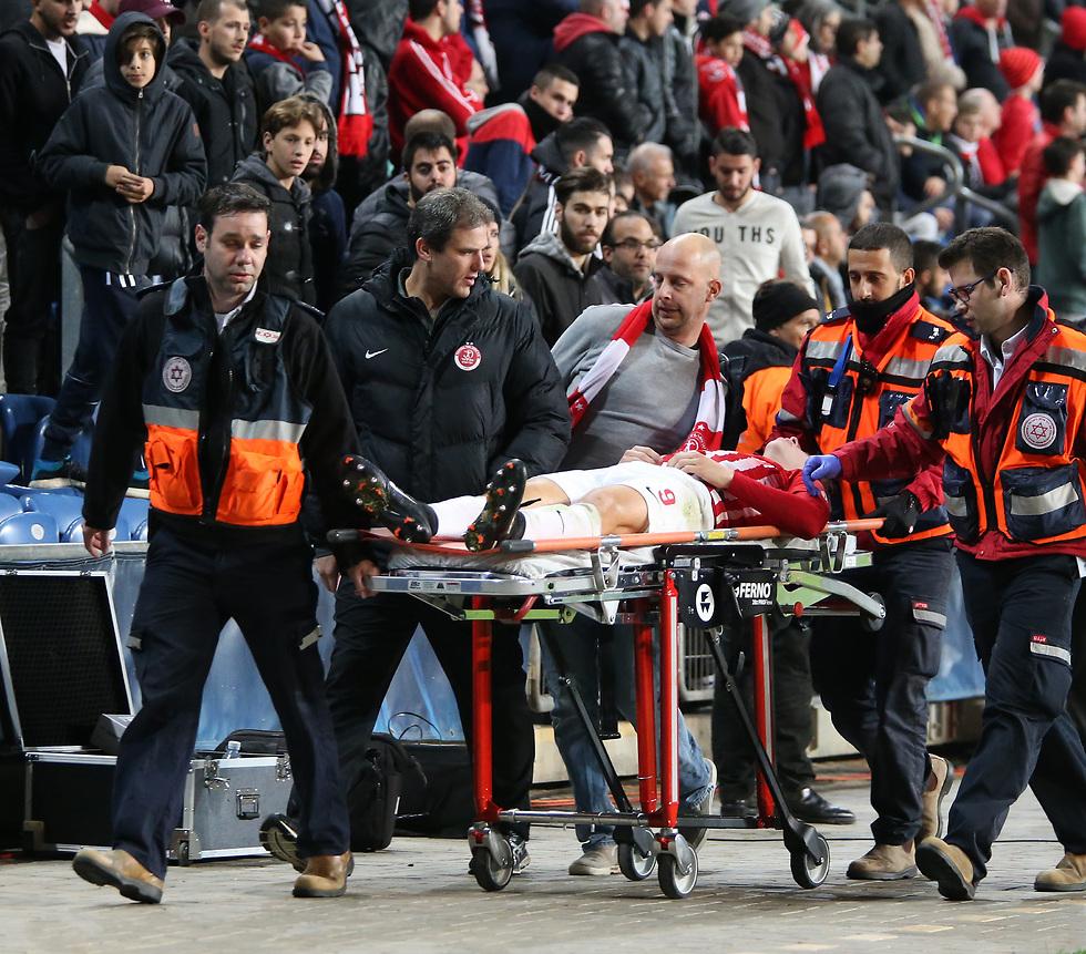 ואיפה היה הכרטיס האדום? רייכרט אחרי שנפצע (צילום: עוז מועלם)