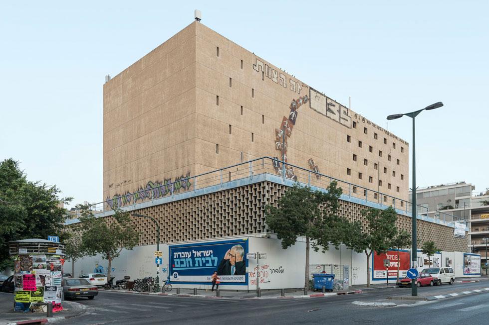 זהו בניין המריבה בפינת לינקולן-יהודה הלוי בלב ת''א. מהי בעצם משטרת הג'קוזי? לחצו על התצלום (צילום: אלי סינגלובסקי)