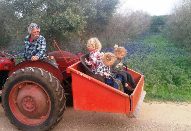 """אביה עם שלישיית הנכדים. """"עסק בחקלאות והתחבר לפשטות שבחיים"""" (צילום: אלבום פרטי)"""