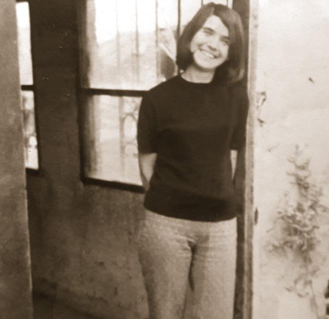"""אמה של עינת בכניסה לסניף הדואר שפתחה. """"בולדוזר, אישה של חלומות"""" (צילום: אלבום פרטי)"""