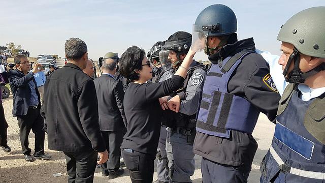 חברת הכנסת זועבי מול השוטרים (צילום: ישראל יוסף) (צילום: ישראל יוסף)