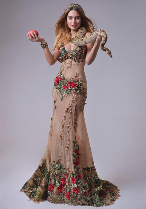 """מעל 15 אלף אבני סברובסקי. ים קספרס אנשל בשמלה הלאומית בעיצובו של אביעד אריק הרמן. אילוף נחש: רפאל יפרח, """"ילד הג'ונגל"""" (צילום: ערן לוי)"""