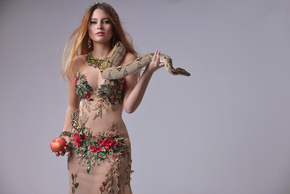 """נערת ישראל ים קספרס אנשל בשמלה הלאומית בעיצובו של אביעד אריק הרמן, המבוססת השנה על דמותה של חווה. אילוף נחש:  רפאל יפרח, """"ילד הג'ונגל"""" (צילום: ערן לוי)"""