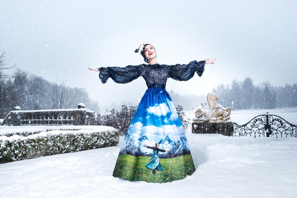 """השמלה הלאומית של אוסטריה, אותה נראה בתחרות הקרובה. מחווה למחזמר האהוב """"צלילי המוזיקה"""". מיס אוסטריה (צילום: Ines Thomsen Photography)"""