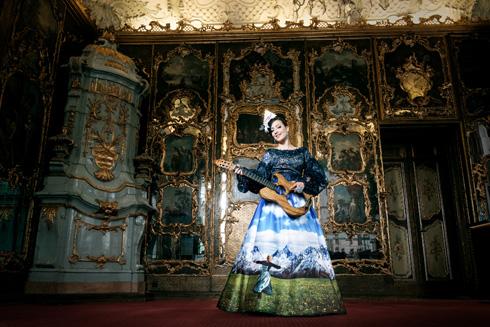 מקפיד לייצר את השמלות בארץ. מיס אוסטריה בשמלה הלאומית בעיצובו של אביעד אריק הרמן (צילום: Ines Thomsen Photography)