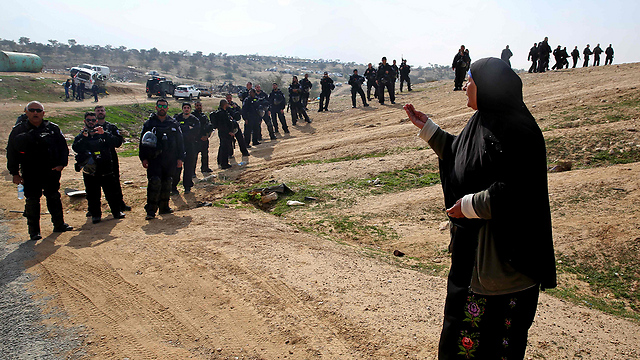 Bedouin woman confronts Israeli policemen during the demolition of homes in the unrecognized Bedouin village of Umm al-Hiran, Jan. 2017 (Photo: AFP)
