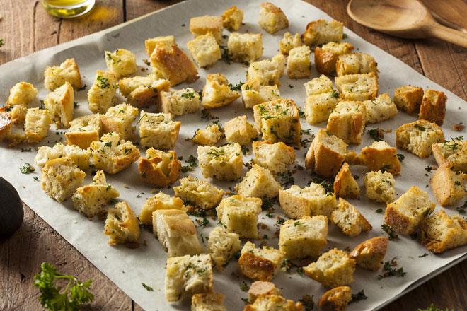 נשאר לחם ישן? הכינו בקלות קרוטונים! (צילום: Shutterstock)