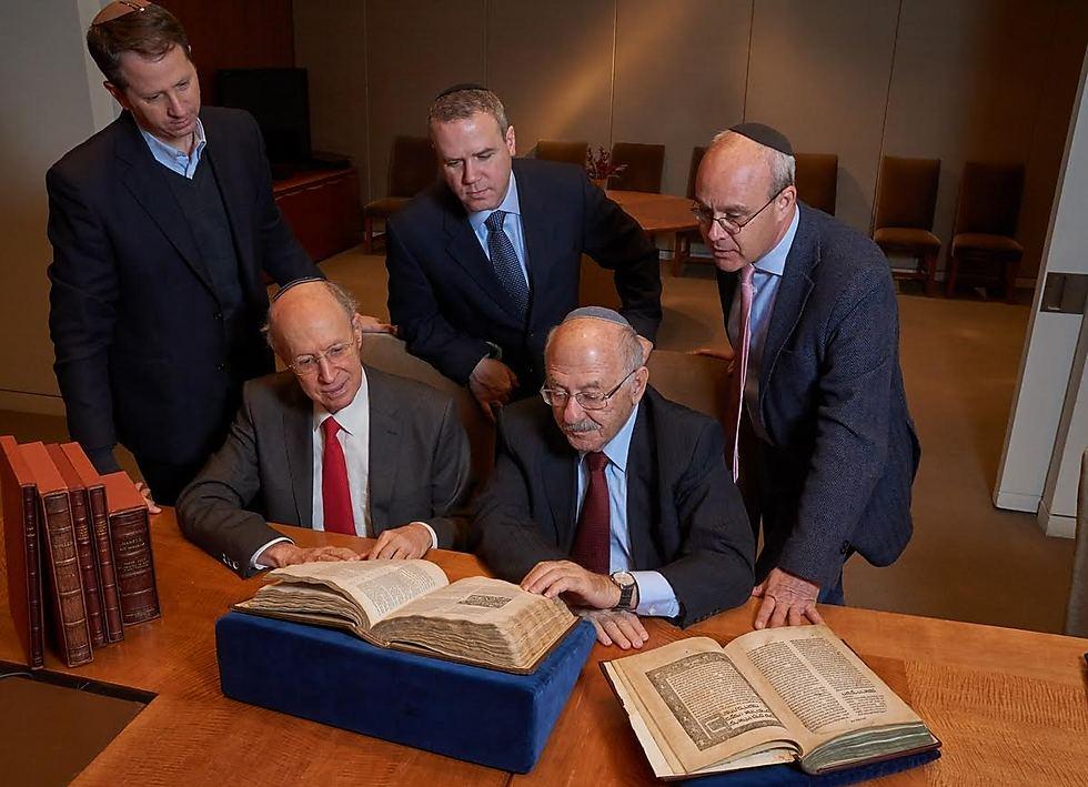 """למעלה (משמאל לימין): אהוד יסלזון, ד""""ר אביעד סטולמן, האוצר הראשי של הספרייה הלאומית ואנג'לו פיאטלי מסותביס ניו-יורק. יושבים: דוד בלומברג, יו""""ר דירקטוריון הספרייה הלאומית, ולצידו ד""""ר דוד יסלזון (צילום: ארדון בר חמה (סותביס))"""