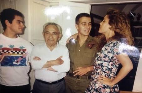 פילץ כחייל עם סבו, דודתו דפנה שמיר ואחיו אלון ()